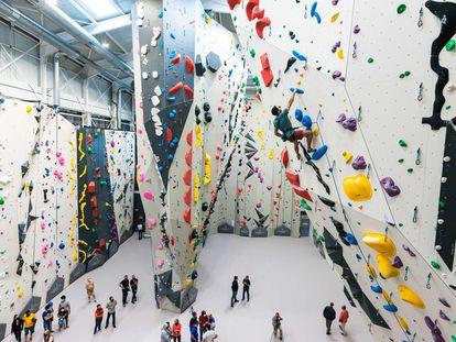 Varios escaladores en el nuevo rocódromo Sputnik Las Rozas.