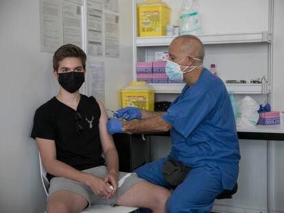 Un paciente acude a vacunarse sin cita en Fira de Barcelona.