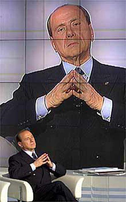El candidato Silvio Berlusconi, en el programa <i>Porta a Porta</i>, ayer en Roma.