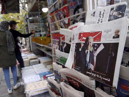 """Un ejemplar del diario iraní 'Shargh' en el que figura una foto del presidente electo de Estados Unidos, Joe Biden, y el titular """"No al populismo"""", en un quiosco en Teherán, (Irán), el pasado noviembre."""