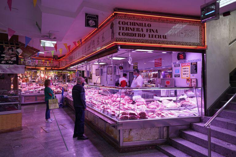 Puesto de carnicería en el mercado de San Antón, en Madrid.