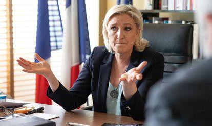 Marine Le Pen, durante la entrevista, en su despacho.
