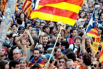 La cantidad de gente que hay en el Paseo de Gracia ha obligado a la gente a seguir el recorrido por calles paralelas, como la Rambla de Catalunya, Balmes o Pau Claris.