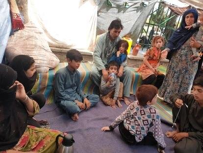 Gul Khan (izquierda, con la mano en el rostro) con miembros de su familia en el parque Shahr-e Now de Kabul, donde viven acampados desde hace dos meses.