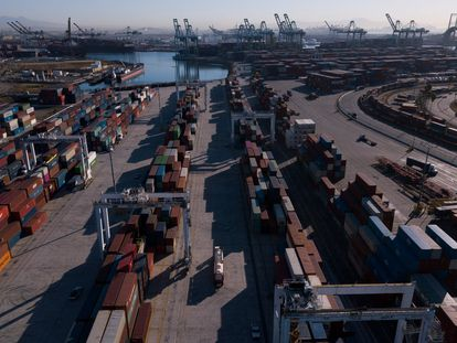 Contenedores acumulados en el puerto de Los Ángeles, California, el pasado 15 de octubre.