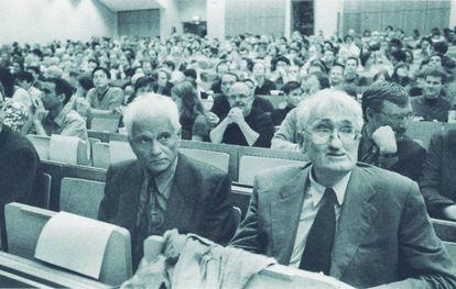 Con Jacques Derrida el 23 de junio de 2000 en el aula VI de la Universidad Goethe de Fráncfort.