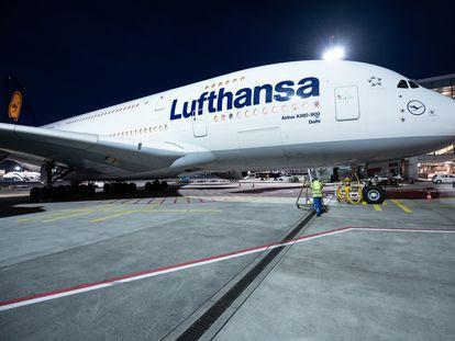 Un avión de Lufthansa en el aeropuerto de Fráncfort., el pasado 29 de marzo.