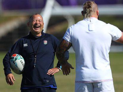 Eddie Jones ríe ante Joe Marler.