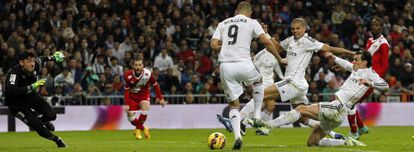 Bale dispara a puerta.