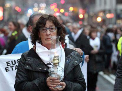 Una de las participantes en la manifestación en Bilbao contra la dispersión de los presos de ETA.