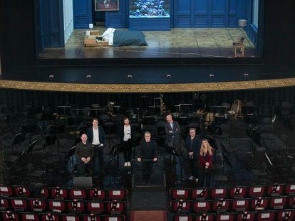El director de la Orquesta del Liceo, Joan Pons -en el centro-con parte del reparto de la ópera 'Lessons in Love and Violence'.