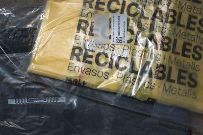 Bolsa con chip para reciclar basura con el sistema puerta a puerta del barrio de Sant Andreu de Barcelona.