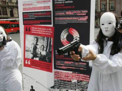 Acto de protesta llevado a cabo por miembros de la ONG Intermón-Oxfam en Bilbao, en protesta por el comercio incontrolado de armas. En vídeo, continúa la búsqueda del cadáver de Khashoggi mientras que Estados Unidos anuncia represalias.