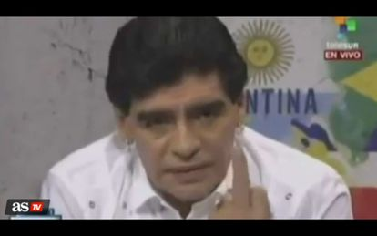 Maradona hace un corte de manga en su programa de Telesur.