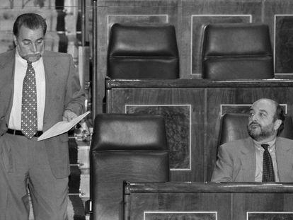 Julio Anguita, en el Congreso de los Diputados, en 1997, junto a Joaquín Almunia.