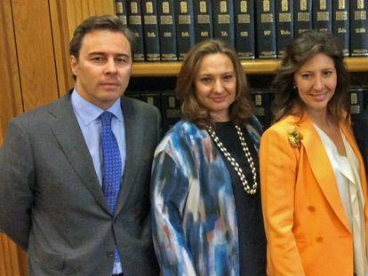 Dimas Gimeno, expresidente de El Corte Inglés, con Marta y Cristina Álvarez Guil, consejeras del grupo, en 2015.