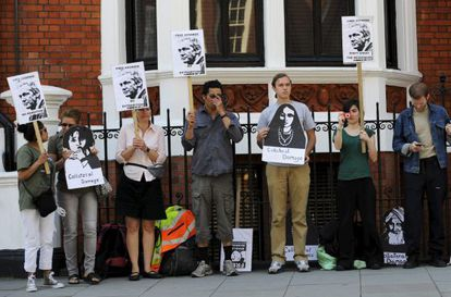 Simpatizantes de Julian Assange se manifiestan frente a la Embajada de Ecuador de Londres.