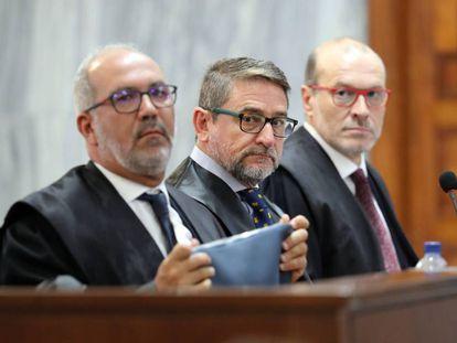 El juez Salvador Alba,en el centro, junto a sus abogados durante el juicio.
