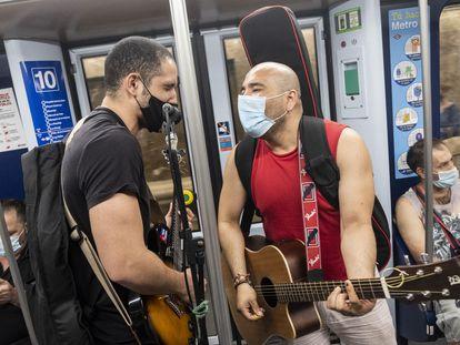 Alejandro Cainedo y Jonatan Quiroz tocando el martes por la tarde en la línea 10 de Metro de Madrid.