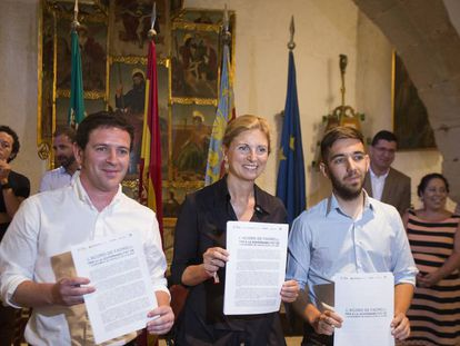 La alcaldesa de Castelló, Amparo Marco, entre los concejales Ignasi García (izquierda), de Compromís y Fernando Navarro, de Unides Podem-Castelló en Moviment-EU
