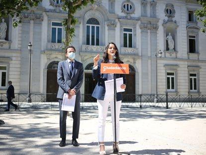 Inés Arrimadas y Edmundo Bal, en las inmediaciones del Tribunal Supremo tras recurrir los indultos.