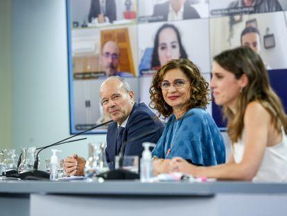 De izquierda a derecha, el ministro de Justicia, Juan Carlos Campo; la ministra portavoz, María Jesús Montero; y la ministra de Igualdad, Irene Montero, comparecen tras la reunión del Consejo de Ministros en Moncloa este martes.
