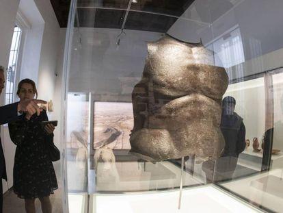 Unos visitantes obseervan parte de la exposición 'Tesoros del Museo Arqueológico de Granada'.