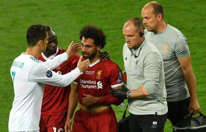 Cristiano Ronaldo consuela a Salah, que tuvo que abandonar el partido en el primer tiempo tras lesionarse en el hombro.