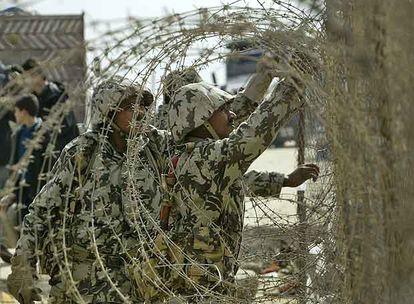 Soldados egipcios cierran ayer uno de los tramos destruidos del muro fronterizo con Gaza.