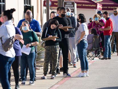 Varias personas hacen fila para emitir su voto en Fort Worth, Texas.