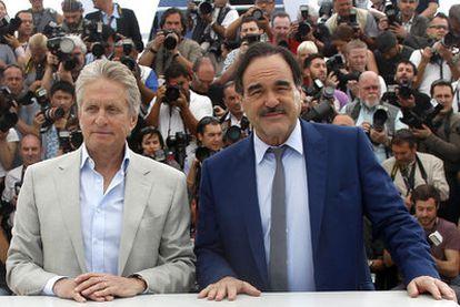 Michael Douglas y Oliver Stone en la presentación de su película en Cannes.