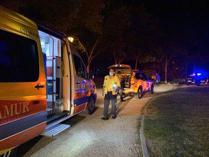 Varias ambulancias atienden a los heridos en el parque de la Emperatriz María de Austria de Carabanchel.