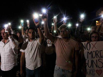 Varias personas sostienen sus teléfonos con el flash encendido en señal de solidaridad con las víctimas de la matanza de El Paso (EE UU), este sábado en Ciudad Juárez (México). En vídeo, 250 ataques con armas de fuego en lo que va de año.