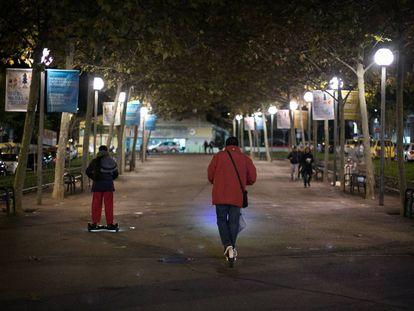 Dos personas circulan con un patinete y un 'segway' en la calle de Esplugues de Llobregat donde se produjo el accidente.