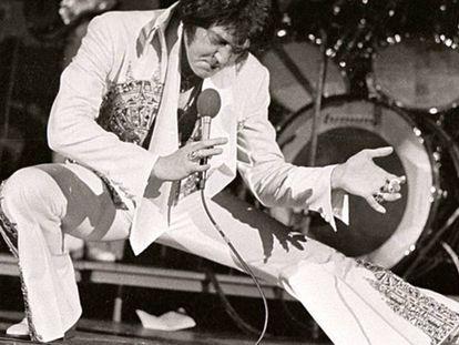 Elvis Presley durante una actuación en Milwaukee (Wisconsin, EEUU) en abril de 1977, cuatro meses antes de su fallecimiento.
