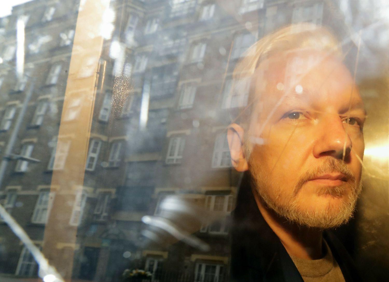 Julian Assange, el 1 de mayo de 2019, cuando fue trasladado desde la prisión de Belmarsh al tribunal londinense que decidía su posible extradición a EE UU.