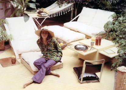 La diseñadora Gabriella Crespi en su terraza de Roma a principios de los setenta. |