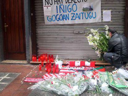 Un hombre coloca flores en el lugar donde Iñigo Cabacas cayó herido en abril de 2012.