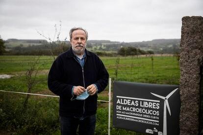 Baldomero Iglesias, en su casa de Xanceda (A Coruña) que se rodeará de aerogeneradores.