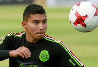 Pineda durante un entrenamiento con México