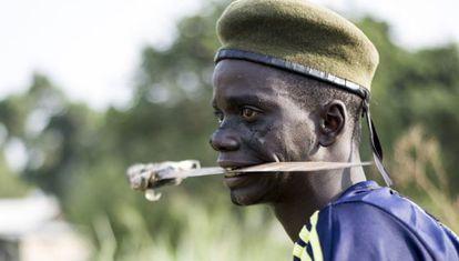 Un miliciano cristiano con un machete entre los dientes, en Bangui.