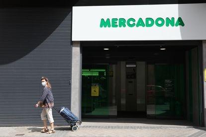 Exterior de un supermercado de Mercadona en Madrid (España).