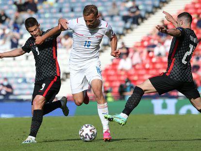 Tomas Soucek intenta superar al croata Kramaric y su compañero Ivanusec.