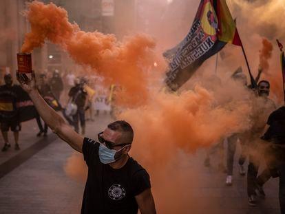 """Manifestación de extrema derecha y neonazis desde la plaza de Chueca hasta la Puerta del Sol, en Madrid. En el recorrido gritaron cosas como """"fuera maricas de nuestros barrios""""."""