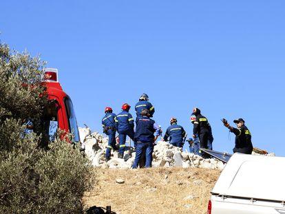 Agentes del equipo de Gestión de Desastres Naturales ejercen su labor tras el terremoto, en la localidad de Arkalojori, al este de Creta.
