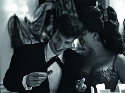 Secretos al oído entre Jean-Paul Belmondo y Claudia Cardinale, en una imagen de 1962. El actor francés es de esos caballeros que alguna vez llama 'encanto' a sus bellas acompañantes. A la italiana parecía gustarle