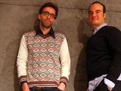 El escritor Harkaitz Cano y el realizador Oskar Alegría en Gutun Zuria.