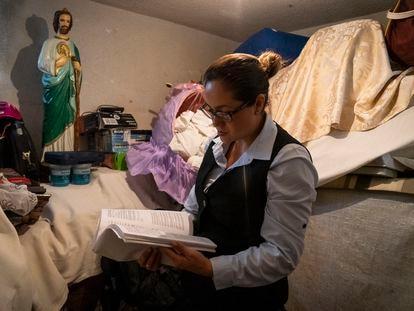 Tanya Páramo, esposa del subteniente Soto, revisa los documentos del caso de su marido.