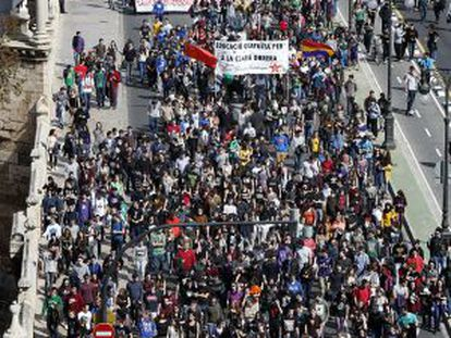 La manifestación estudiantil a su paso por el Puente del real en Valencia.