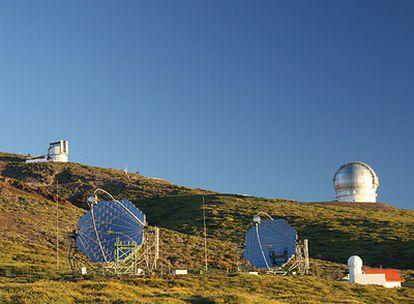 """Los dos telescopios MAGIC observan las """"estrellas fugaces"""" que producen los rayos gamma cuando atraviesan la atmósfera. Están en el Observatorio del Roque de los Muchachos en la isla de La Palma."""